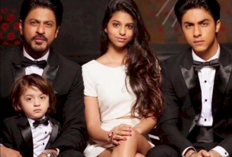 Shah Rukh's old picture with son Aryan in his lap is viral, Gauri also came along