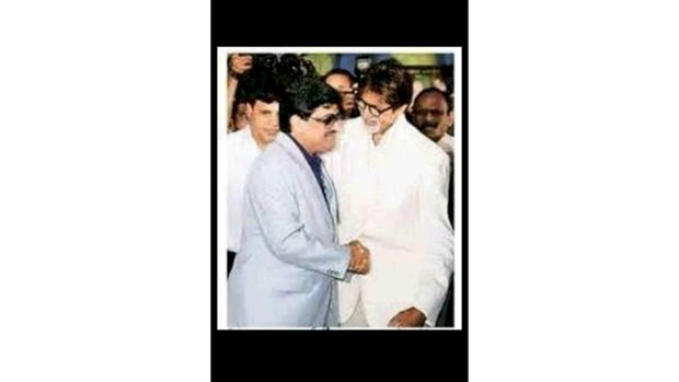 Whom is Amitabh shaking hands with, which people understand as the 'don' of the underworld, Abhishek told the truth